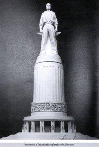 Monumento al Descamisado, ubicado sobre su pedestal.