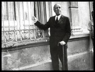 Borges en la puerta de la Casa de Evaristo Carriego.