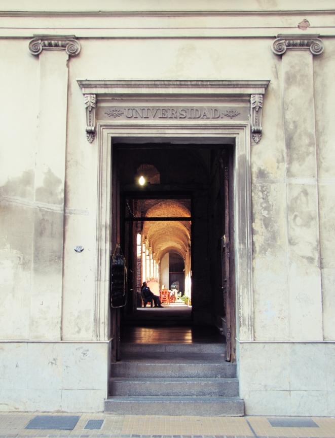 Puerta de entrada a la Manzana de las Luces
