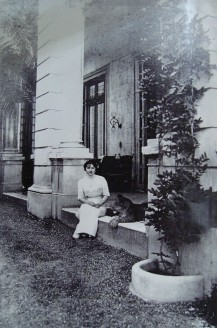 Mercedes Zelaya junto a su puma
