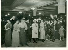 Damas de principios de siglo pasado realizando las compras