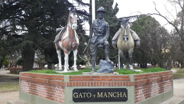 Varios Monumentos recuerdan la hazaña realizada por estos caballos y Aime.