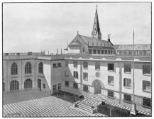 Iglesia y patio del colegio