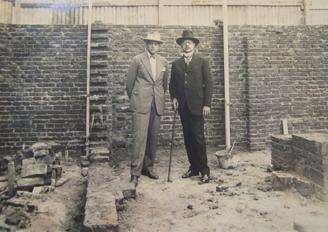 Ricardo Rojas y Angel Guido, observando la construcción de la casa